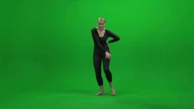 Vrouw dansen tegen groen scherm — Stockvideo