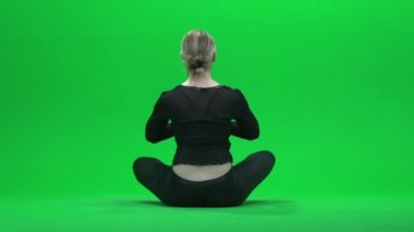 Woman doing yoga on green screen — ストックビデオ