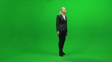 Businesswoman standing on green screen — Stock Video