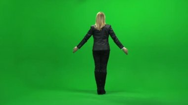 Businesswoman raising hands on green screen — Stock Video