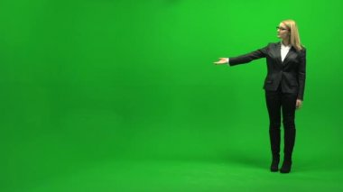Businesswoman pointing direction on green screen — Stock Video