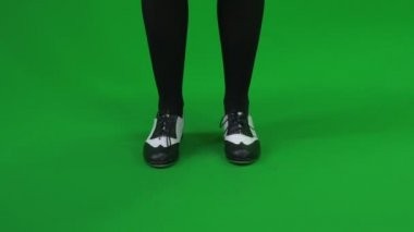 Woman stepping against green screen — Stock Video