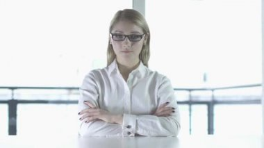 Woman in glasses thinking — Stock Video