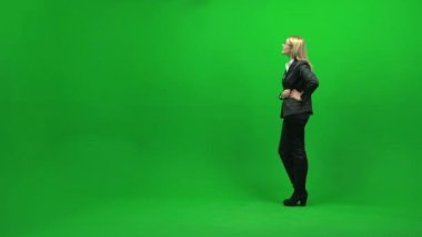 Businesswoman looking up on green screen — Stock Video