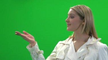 Prodotto visualizzando donna — Video Stock