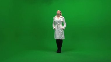 Woman standing on green background — Stock Video