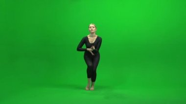 Woman dancing against green screen — Stock Video
