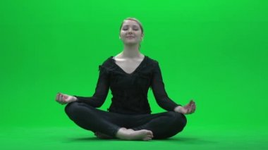 Woman doing yoga on green screen — Stock Video