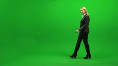 Businesswoman walking on green screen — Stock Video