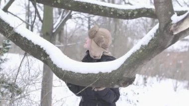 女人享受冬季的一天 — 图库视频影像