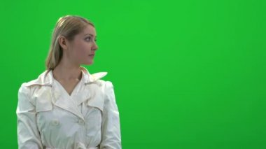 Woman standing on green screen — Stock Video