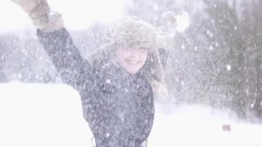Woman enjoying snowfall — Vídeo stock