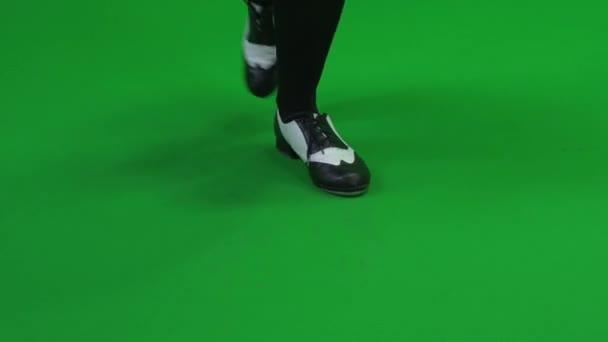 Mujer camina contra pantalla verde — Vídeo de stock