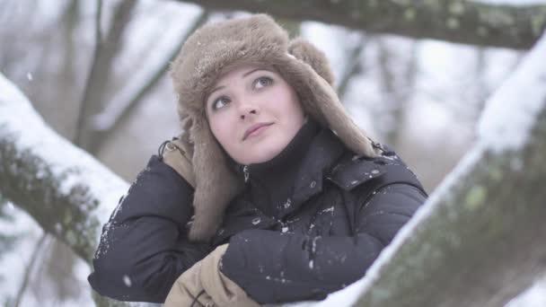 Mujer soñando al aire libre — Vídeo de stock