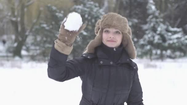 Femme jette la boule de neige — Vidéo