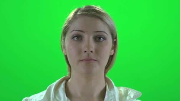 Mujer que afronta cámara — Vídeo de stock