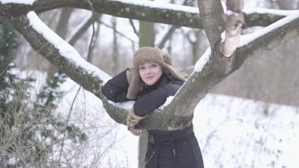 Mujer pensando al aire libre — Vídeo de stock