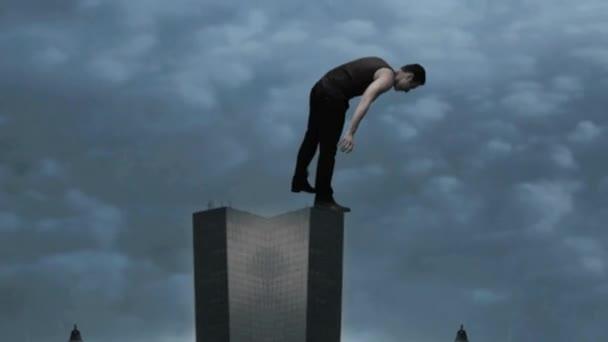 Hombre de pie encima de rascacielos — Vídeo de stock