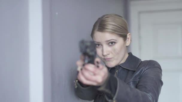 Mujer disparando con pistola — Vídeo de stock