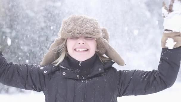 Woman enjoying winter day — Vidéo