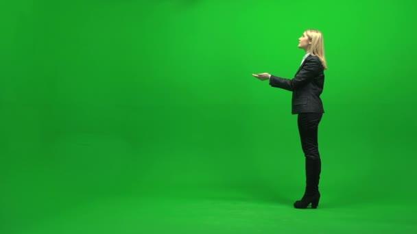 Empresaria de pie en la pantalla verde — Vídeo de stock