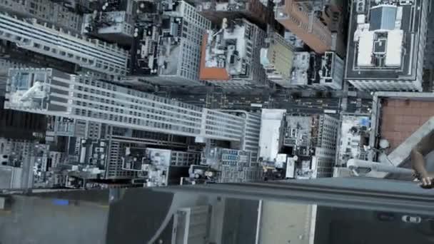 Hombre sube rascacielos — Vídeo de stock