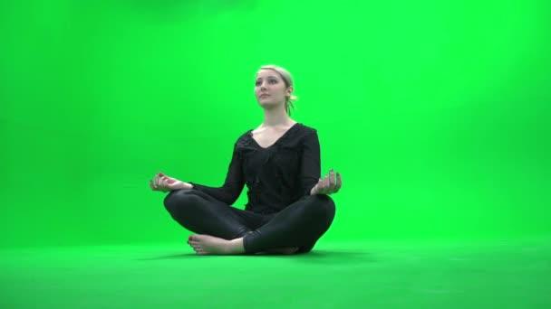 Mujer sentada en posición de yoga — Vídeo de stock