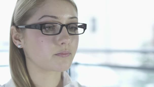 Mujer centrada en su trabajo — Vídeo de stock