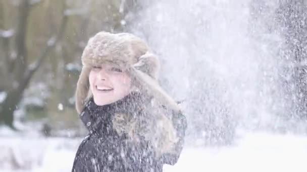 Divertirse en el tiempo de nieve mujer — Vídeo de stock