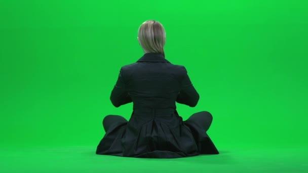 Mujer haciendo yoga en pantalla verde — Vídeo de stock