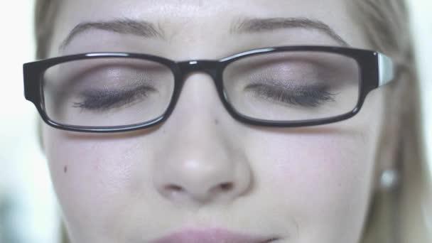 Mujer en vidrios de abrir los ojos — Vídeo de stock