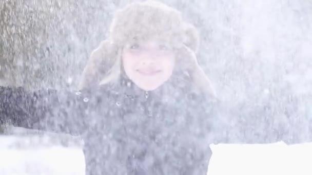 Frente a la cámara en invierno mujer — Vídeo de stock