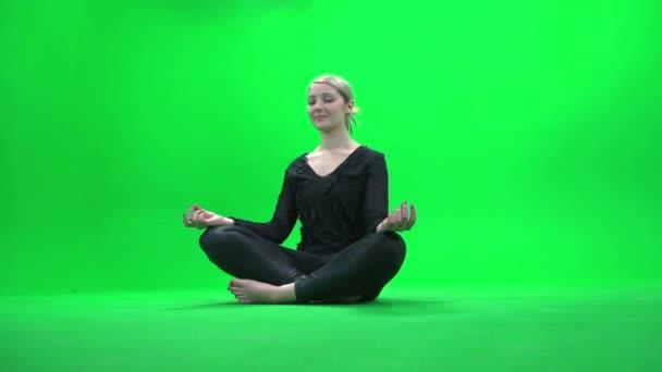 Femme assise dans la posture d'yoga — Vidéo