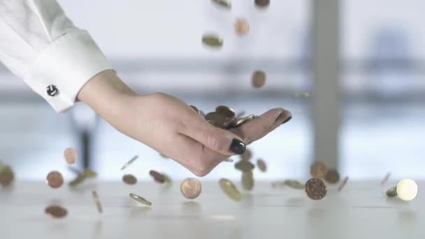 Pièces de monnaie tombant dans la main — Vidéo