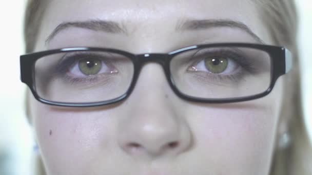 Mujer en gafas de cerca — Vídeo de stock
