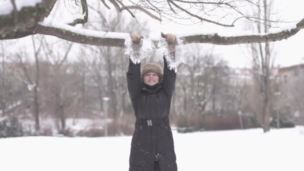 Woman enjoying winter day — Vidéo