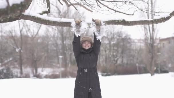 Día de invierno disfrutando de la mujer — Vídeo de stock