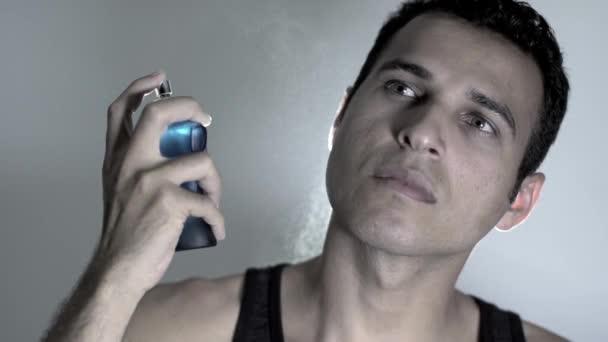 Bel homme, à l'aide de parfum — Vidéo