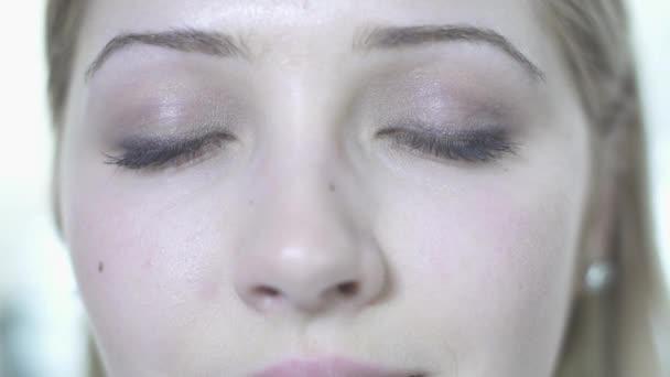 Ojos abiertos mujer — Vídeo de stock