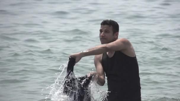 Male splashing water — Vidéo