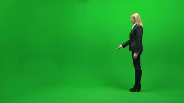 Businesswoman standing on green screen — Vidéo