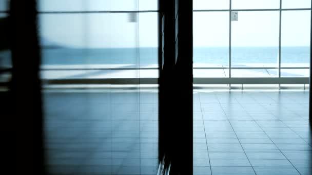 Businessman walking in building — Vidéo