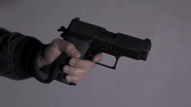 Oficial de tiro con pistola — Vídeo de stock