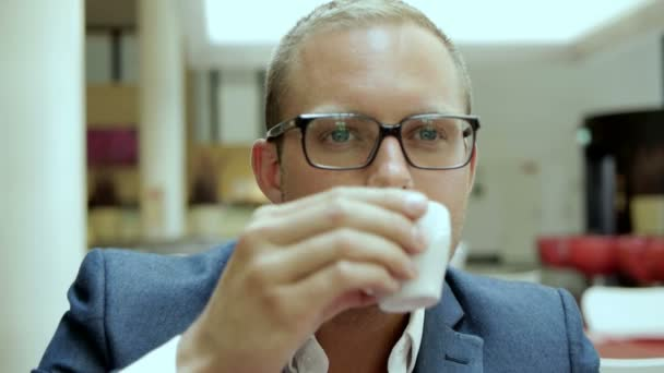 Businessman drinking coffee — Vidéo