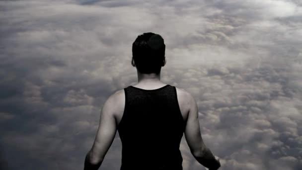 Superhéroe con nubes sobre fondo — Vídeo de stock
