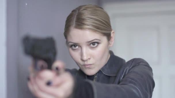 Oficial de policía con pistola de aire — Vídeo de stock