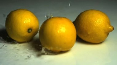 Water drops falling on lemons — Stock Video
