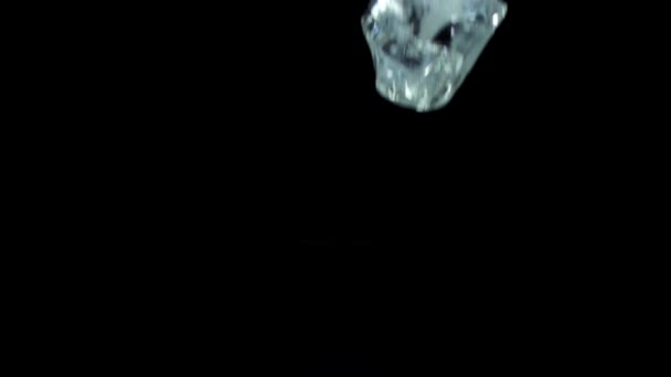Ice cubes falling and breaking — Vídeo de stock