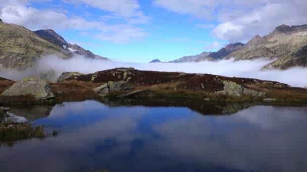 Paisaje de montaña con niebla — Vídeo de stock