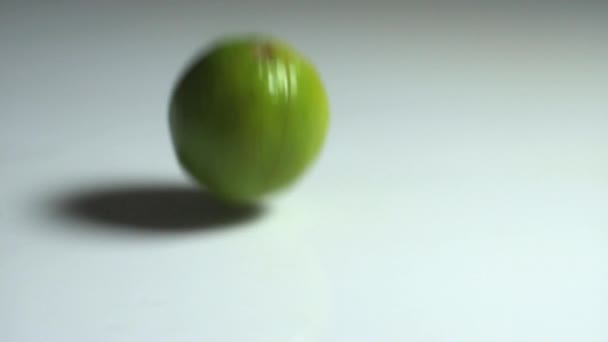 Lime falling on water — Vidéo